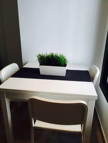 table à la fenêtre