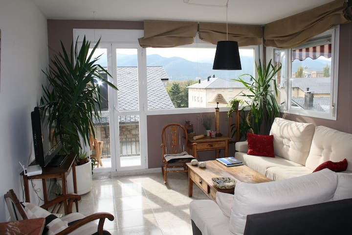 Comfy 2 floor attic with views - La Seu d'Urgell - Apartemen