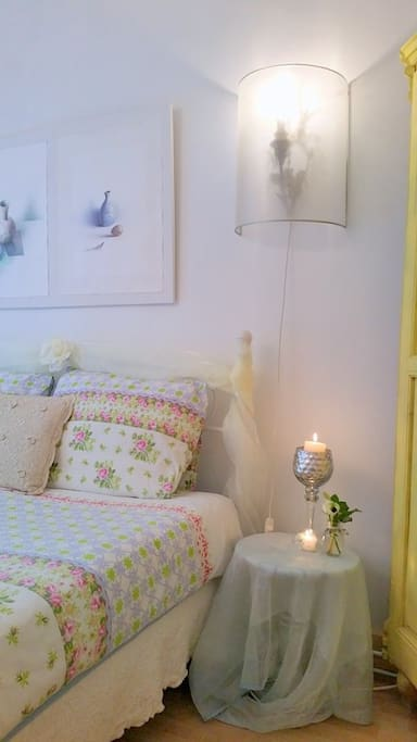 Romantic Room double bed detail kaarslicht en kunst
