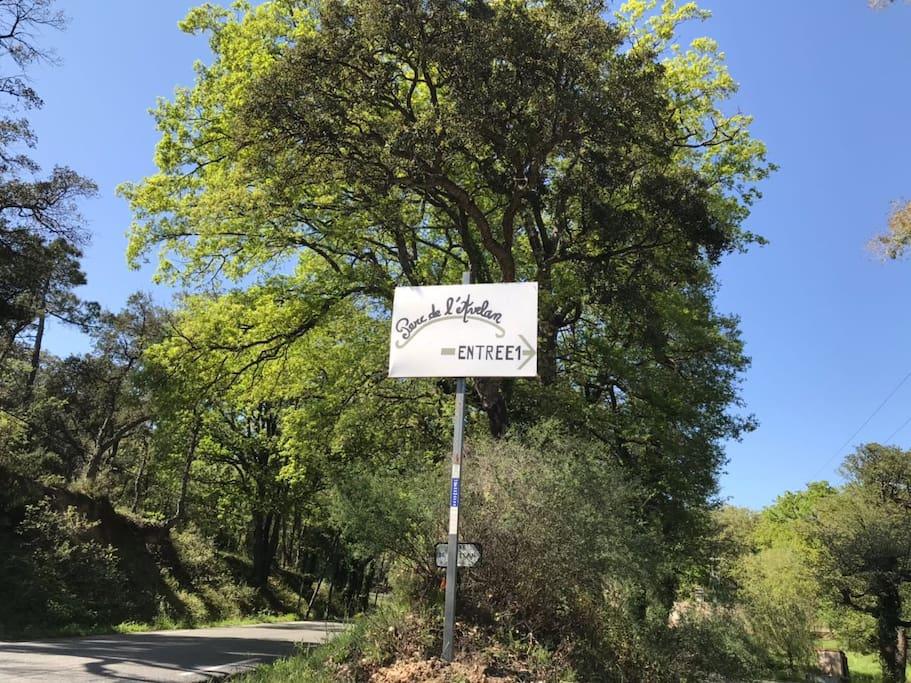 Die Einfahrt zum Parc de l'Avelan