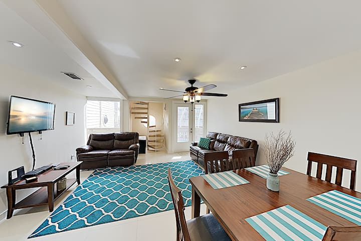 Updated All-Suite Condo w/ 3 Balconies & 2 Pools