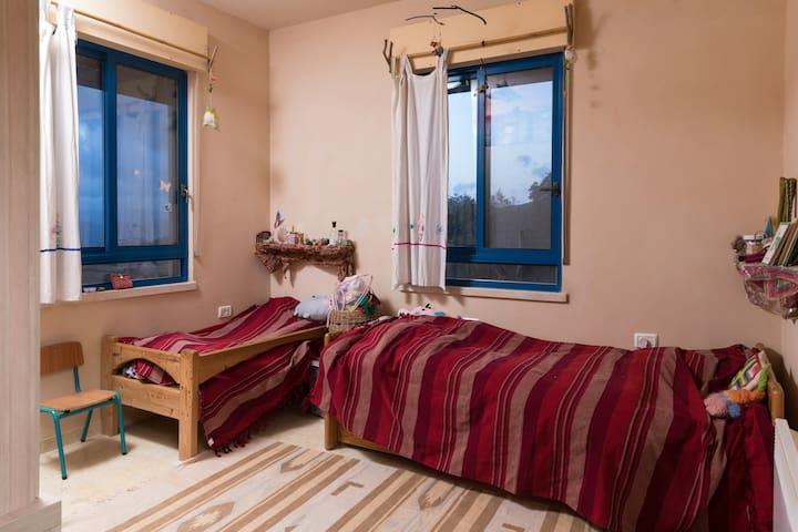 חדר שינה מיטה + מיטת מעבר