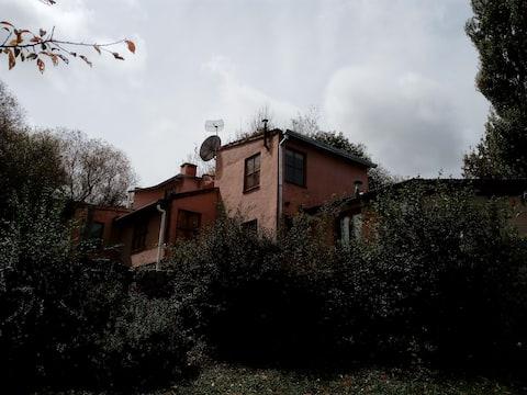 Una apacible casa en la montaña.