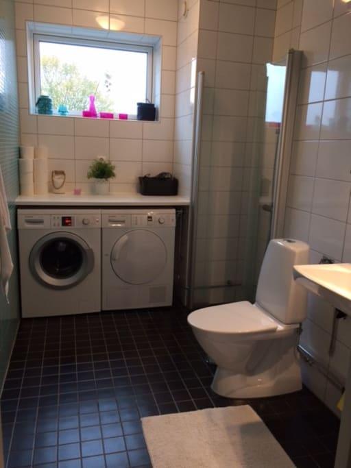 Badrum med tillgång till tvättmaskin & torktumlare