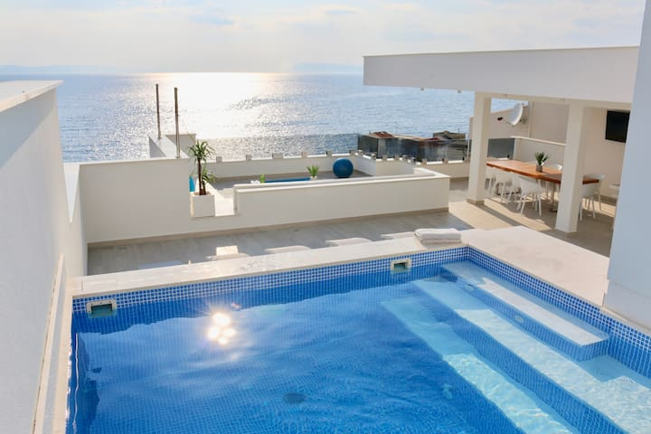 Luxurious, Modern with Pool, Roofdeck and Views!