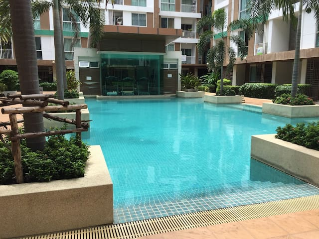 Condominium free gym &pool close shopping e city