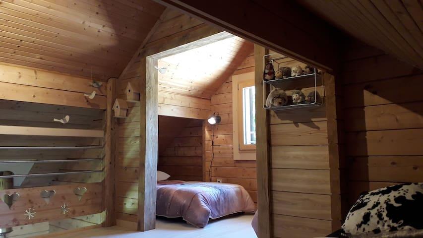Coin nuit sur mezzanine équipé de 2 lits simples.