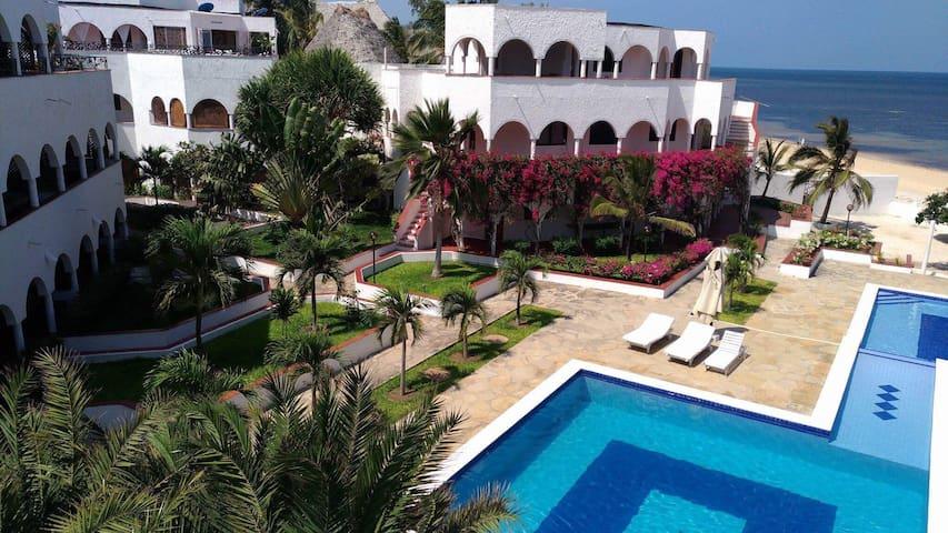 Charming beach apartment, nice pool + housekeeping
