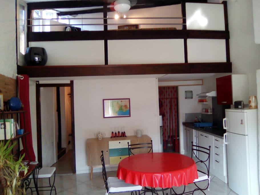 La pièce de vie : la mezzanine, la cuisine et le coin repas