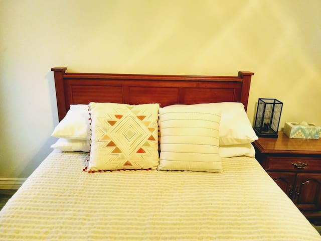 Cheerful, convenient, and a pool (Double bed)