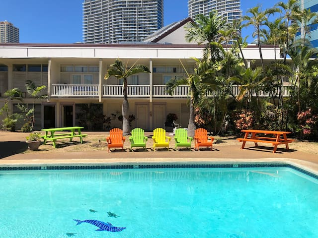 Best Value in Waikiki, Minutes to Beach, Pool view 1 Queen or 2 Twins