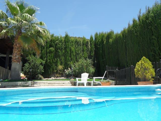 EL COLLADO, alojamiento con piscina, wifi, jardín