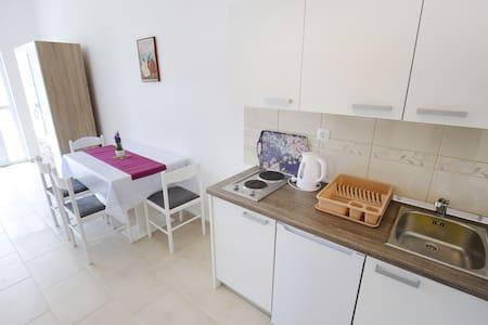 Comfort Studio Apartment with Terrace - Sukošan