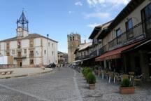 La Plaza Mayor de Riaza, con una arquitectura de edificios con soportales, tiene la iglesia de la virgen del Manto y data del siglo XV
