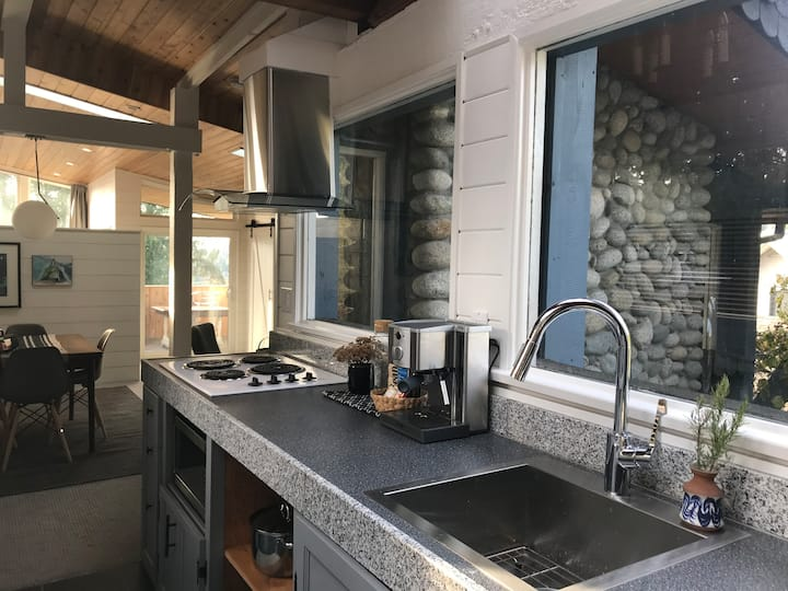 Deep Cove Modern Seaside Suite & Hidden Cottage