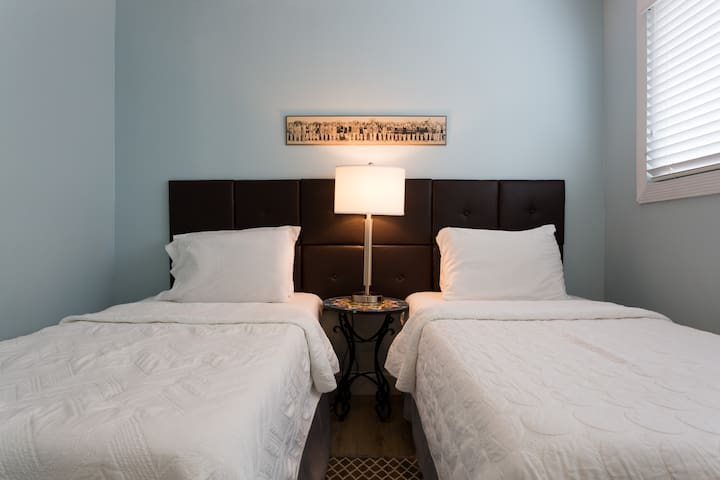 2 nd bedroom with 2 twin beds