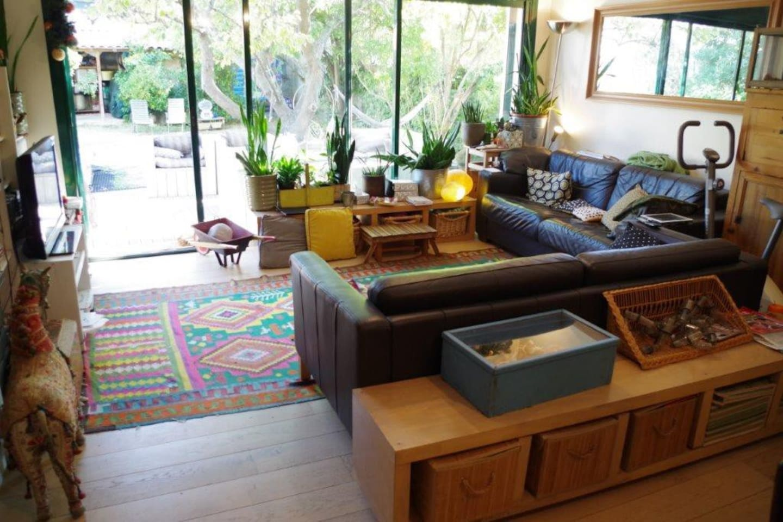 grand salon avec baie vitrée sur terrasse et jardin