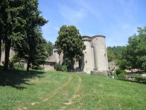 Gite avec terrasse au sommet d'un château médiéval