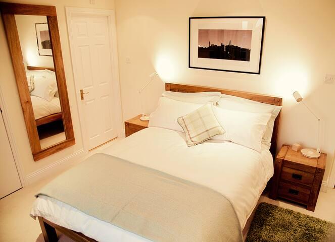 Penthouse dbl room - ensuite, balcony, w/ parking - Edinburgh - Bed & Breakfast