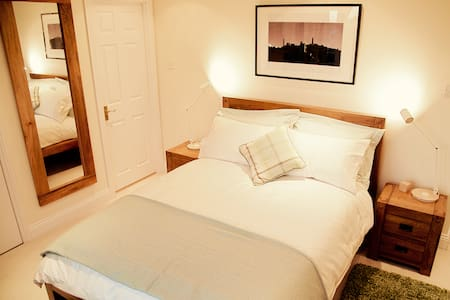 Penthouse dbl room - ensuite, balcony, w/ parking - Edimburgo - Bed & Breakfast
