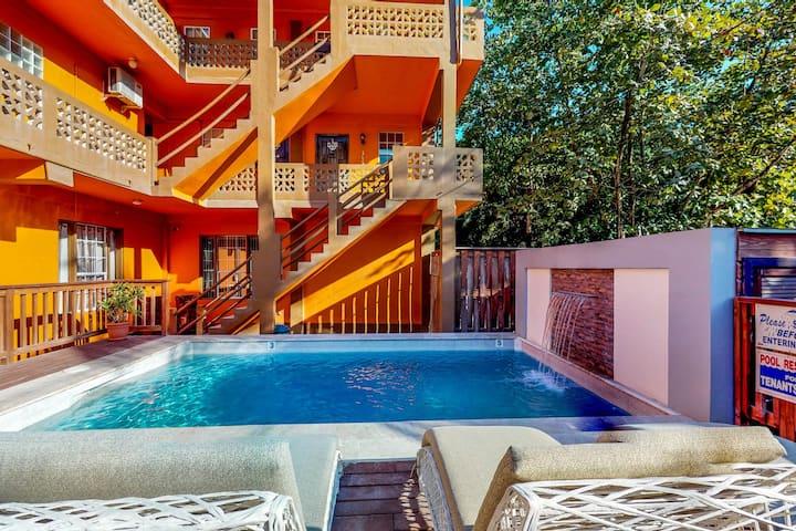 Third-floor apartment w/pool, garden view, WiFi, partial AC - 1 block to the sea