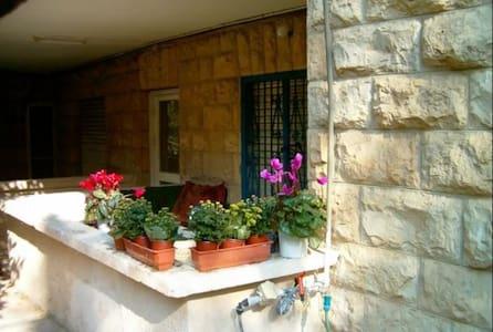 Very cozy Sublet 1 BR in 2BR Ground Floor Apt.. - Jerusalem - Apartemen