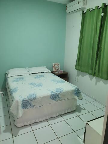 Quarto 2:  1 cama de casal, split e armadores para rede. Usa o  banheiro social.