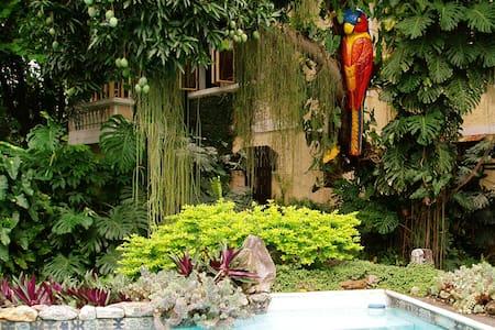 Apartamento privado em amplo jardim com piscina - Rio de Janeiro - Casa