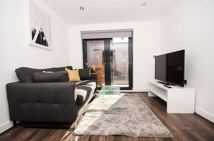 Luxury 1 Bed Pad w/ Garden Terrace In China Town