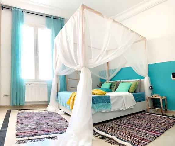 Chambre à coucher avec lit à Bandaquin / Bedroom with Canopy Bed
