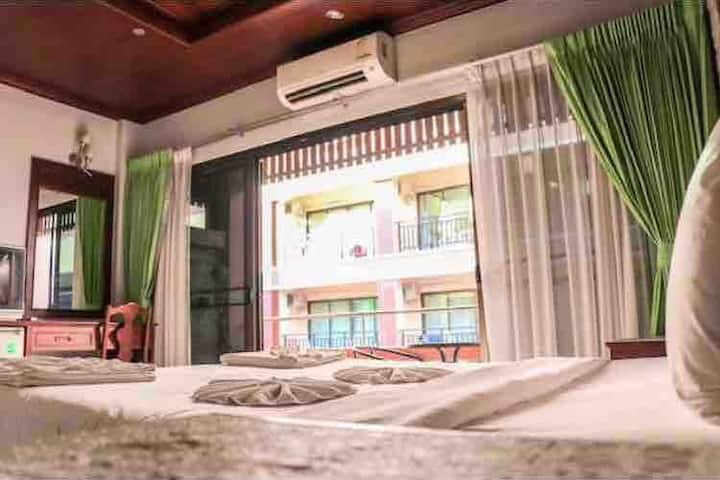 Sue@cozy Kata Beach Queen bed large Balcony