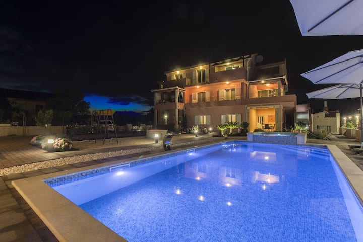 Ideal villa con piscina privada en Grebaštica