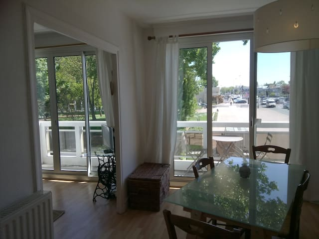 Bright flat in the towncenter, close to the beach!