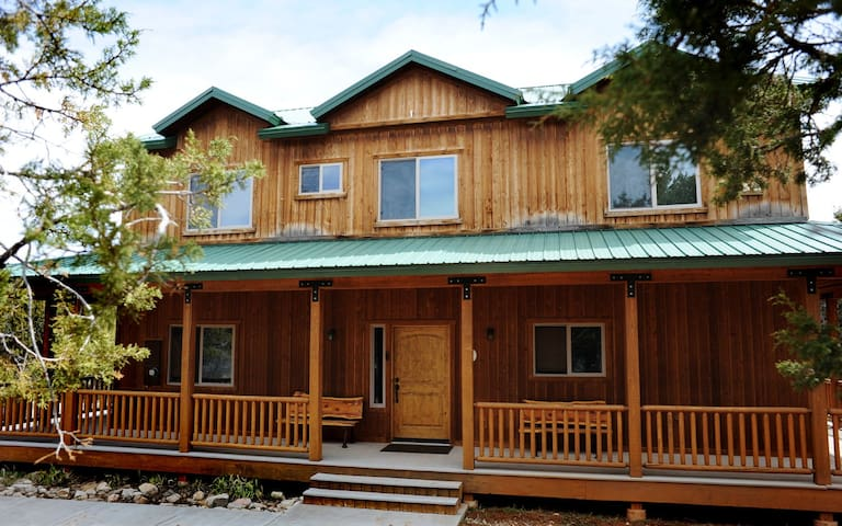 Family cabin with great views & hot tub
