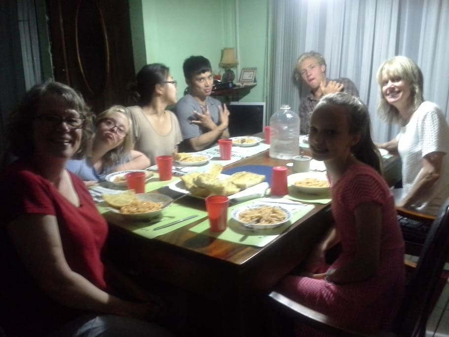 Eating dinner with all of the other volunteers and travelers. It was so fun to meet people from all around the world! Many of the guests still keep in contact with each other.  Comer el desayuno y la cena con los otros huéspedes y voluntarios. !Es muy increible a encontrar personas de todas partes del mundo! Muchos de los huéspedes todavía mantener contacto.