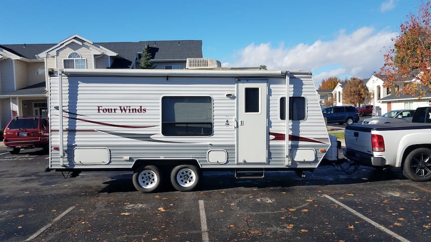 19ft 2006 Fourwinds Travel Trailer
