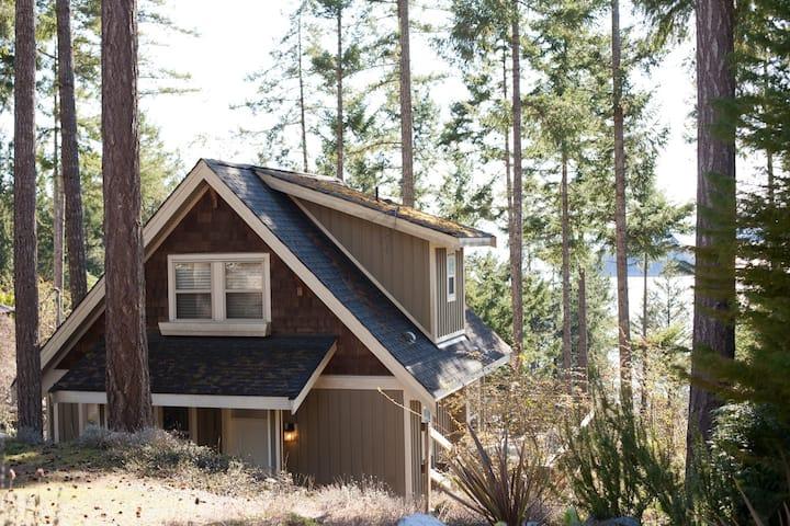 Garden Bay Loft Cabin Escape
