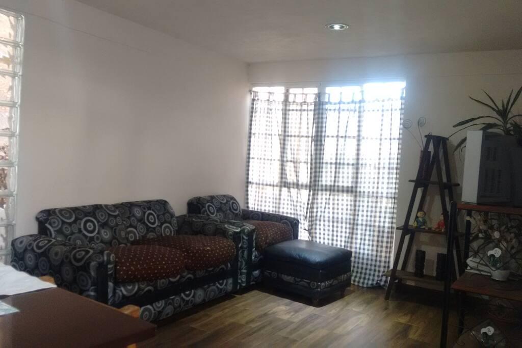 Sala Love Seat e individual con taburete. Planta Baja.