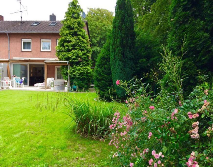 800 square meter park-like garden / 800 Quadratmeter park-ähnlicher Garten
