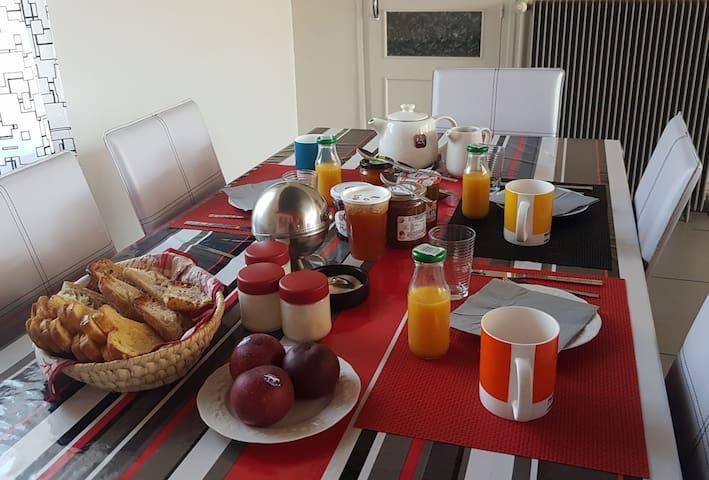 Gde chambre et petit déjeuner + sdb