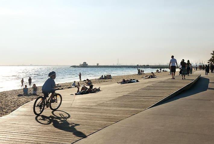 The beach and bike path are 2 minutes walk