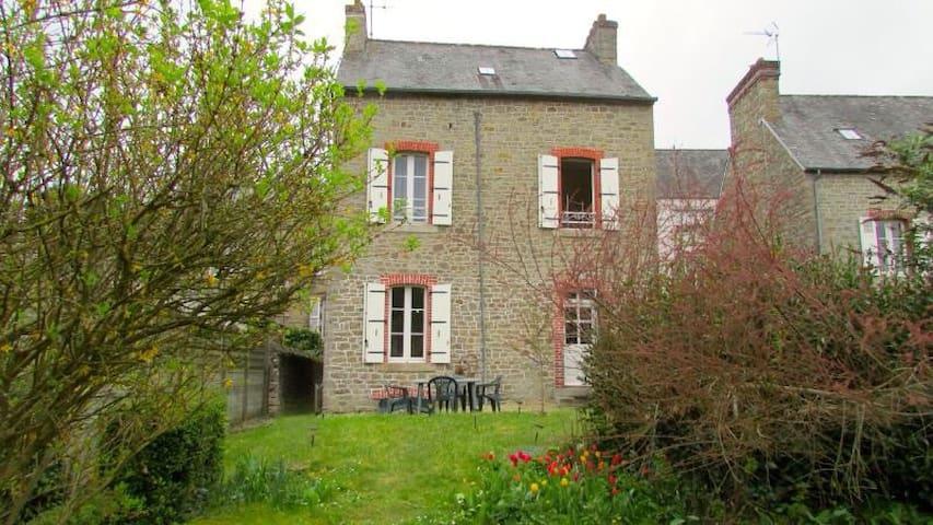 Charming stone cottage in Dinan - Dinan - Hus