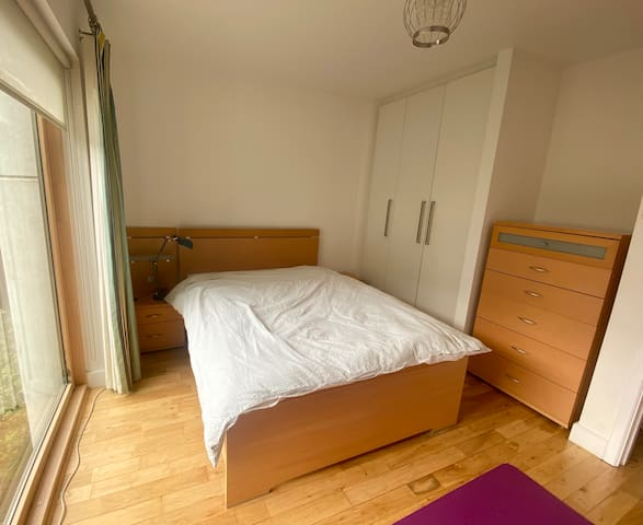 Bright Bedroom/ Private Bathroom, Grand Canal Dock