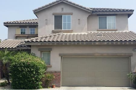 Beautiful Gated Townhouse in Rancho Cucamonga - Ház
