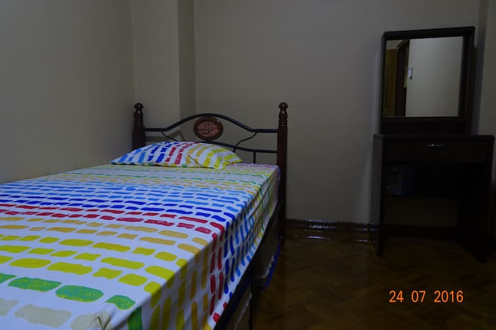 Single comfy room in a Local neighbourhood - Yangon - Lägenhet
