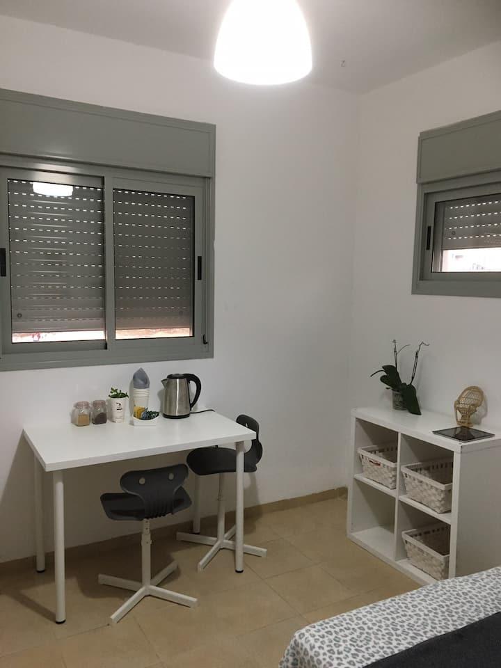 חדר עם חדר אמבטיה בבית פרטי