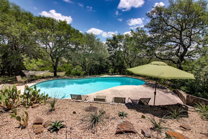 Expansive property w/two pools, hot tub & deck - dogs welcome