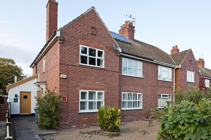 Large 3 bedroom Family Home - Howden - House