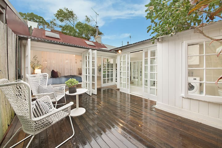 Historic Paddington Cottage + Free Aircon + WIFI