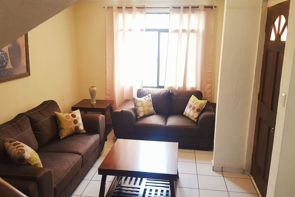 Sala de estar, con muy buena iluminación... cuenta con comodos sillones, mesitas, TV con cable... un ambiente agradable para descansar.